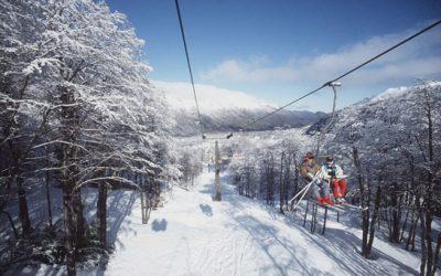 casal em estação de esqui